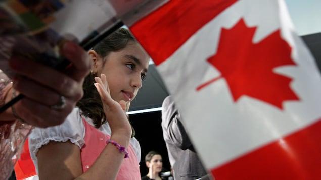 Negar Fakhraee, une jeune iranienne, prête serment lors de sa cérémonie de citoyenneté canadienne en 2009.