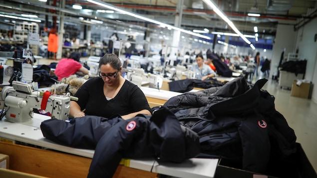 Des dizaines de couturières sont au travail.
