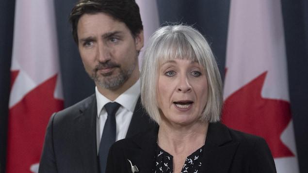El Primer Ministro de Canadá y la Ministra federal de Salud durante una rueda de prensa en Ottawa.