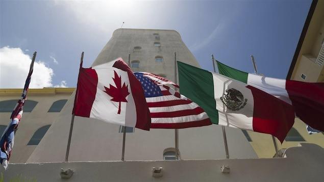 Les drapeaux des trois partenaires de l'ALENA