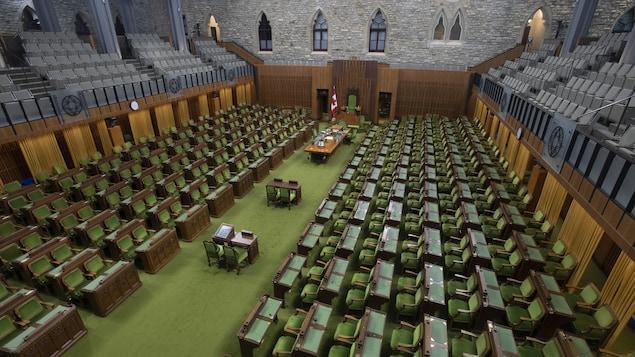 Tous les sièges de la Chambre sont vides.