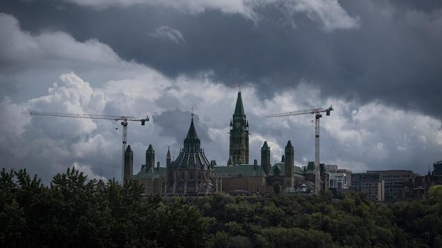 Vue éloignée de la colline du Parlement à Ottawa.