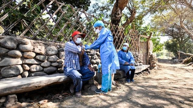 秘鲁的医护人员在为居民接种疫苗,秘鲁是从加拿大接受新冠疫苗的六个国家之一。秘鲁拥有 3300 万人口,在疫情期间有近 200,000 人死于 COVID-19。