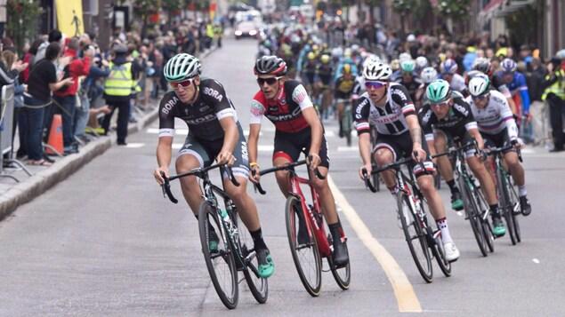 Des cyclistes en action pendant le Grand prix cycliste de Québec