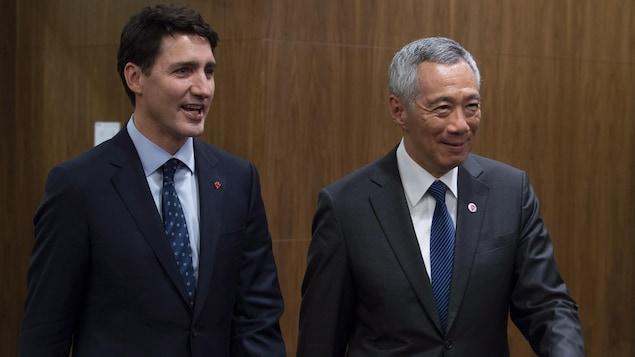 Justin Trudeau et son homologue de Singapore marchent côte à côte.