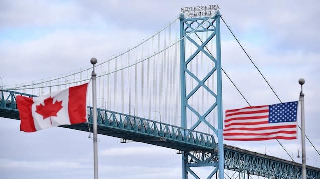 Ang bandila ng Canada at Amerika sa Ambassador Bridge.