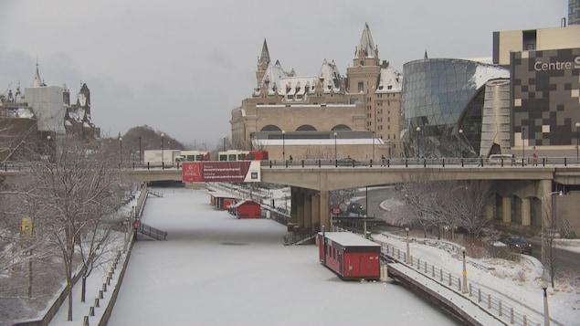 Le canal Rideau en hiver avec le Château Laurier en arrière-plan.