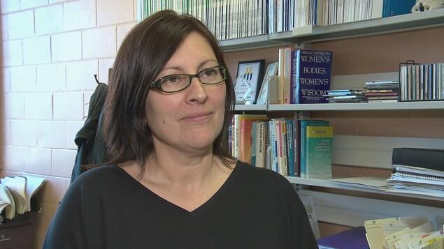 La directrice de l'école de kinésiologie de l'Université de Moncton en entrevue dans son bureau.