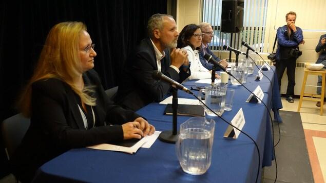 Les quatre candidats dans Rosemont sont assis à une table, avec chacun un micro.