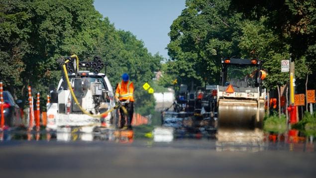 Des travailleurs réparent une rue à Montréal.