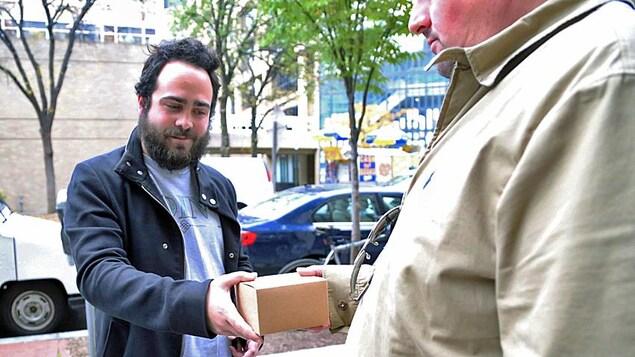 Connor Pennington livre un paquet contenant 3,5 grammes de marijuana «gratuite» à un client qui a commandé des articles de fumeurs  au campus de l'Université George Washington.