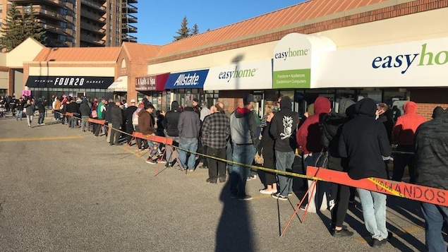 Des clients font la queue devant un magasin de cannabis de Calgary, en Alberta.