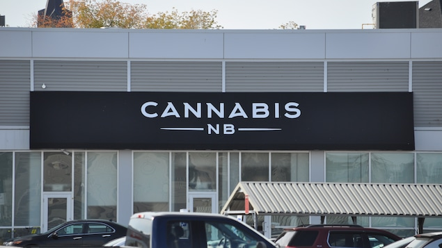 La devanture d'un magasin de Cannabis NB.