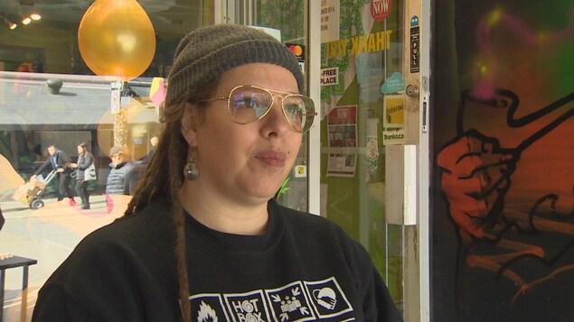 Une femme avec des lunettes