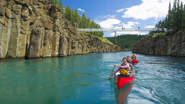 Deux canots sur l'eau dans un canyon au Yukon.