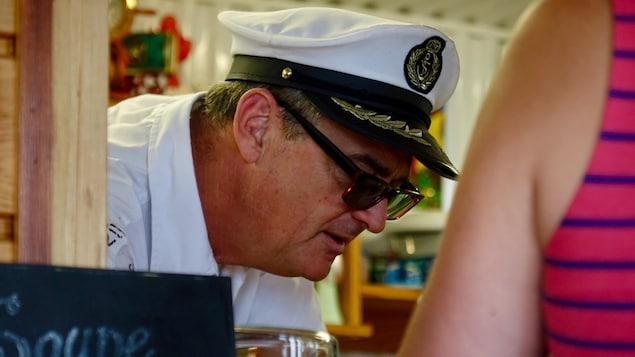le profil du copropriétaire de la cantine des Navigateurs, Mitchell Pelletier