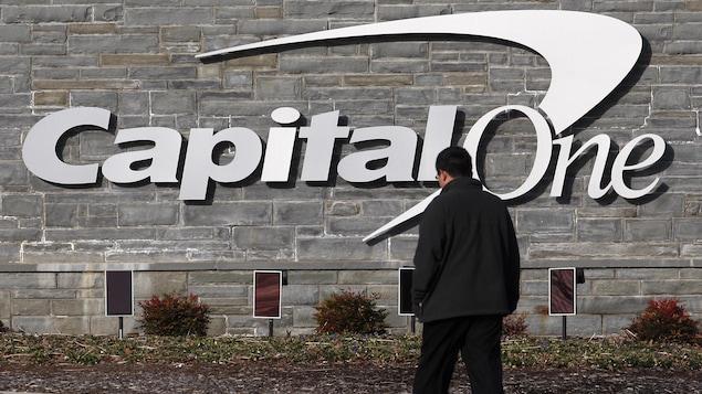 Un homme marche près d'un édifice de Capital One à McLean, en Virginie.