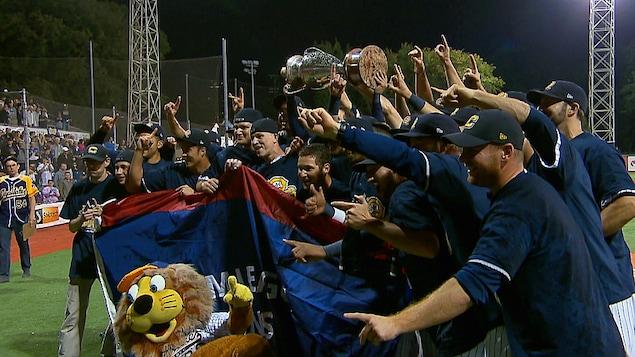 Les Capitales avec le trophée de la Ligue Can-Am.