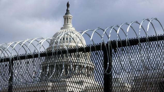 Une clôture en acier de 2,5 mètres de haut surmontée de fil barbelé encercle le Capitole.