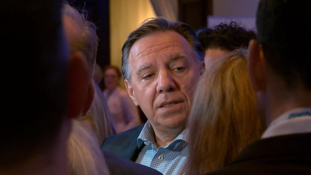 Gros plan du premier ministre François Legault répondant à des questions des journalistes.