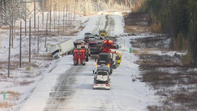 Un carambolage de plusieurs véhicules sur la route 117 enneigée.
