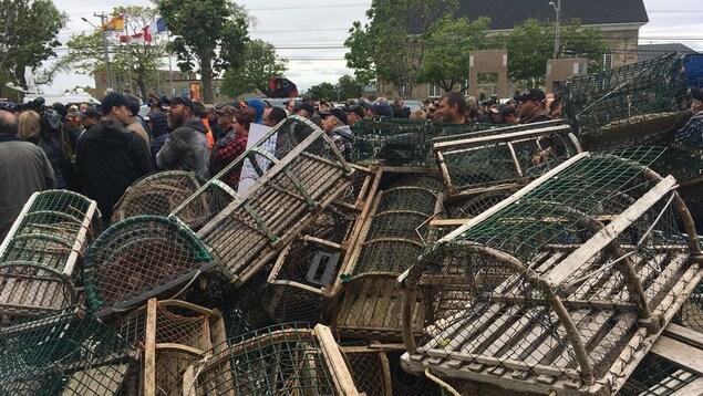 Des centaines de manifestants derrière un mur de casiers à homard vides