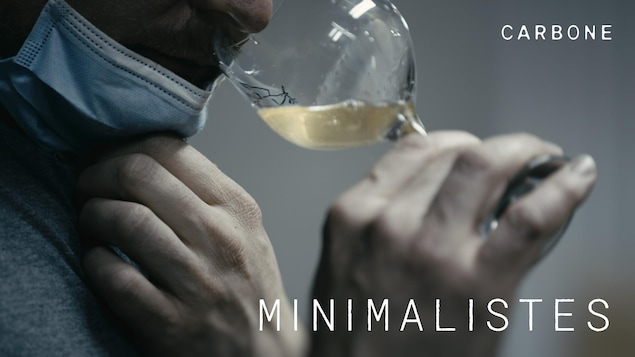 Un homme goûte une bière dans une coupe.