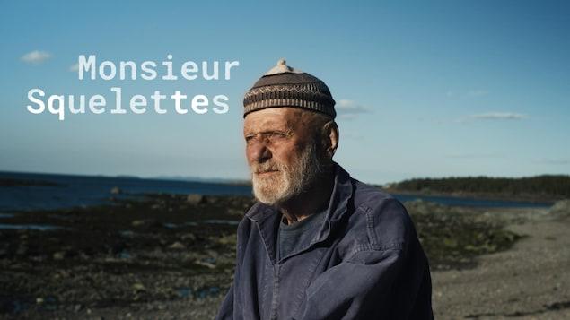 Pierre-Henry Fontaine, 84 ans, contemple le fleuve en marchant sur sa plage de l'Île Verte.