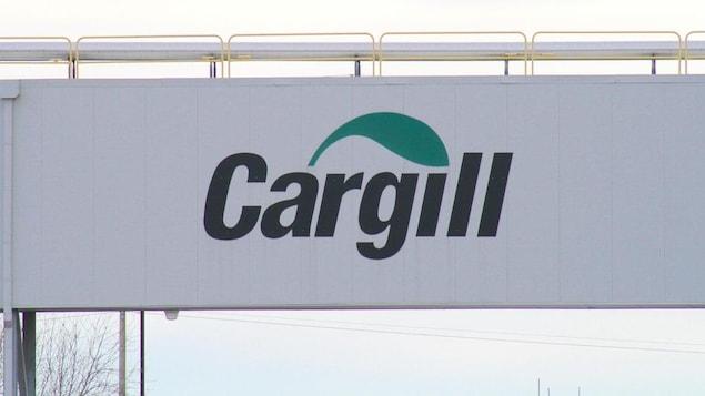 Un panneau portant la marque Cargill.