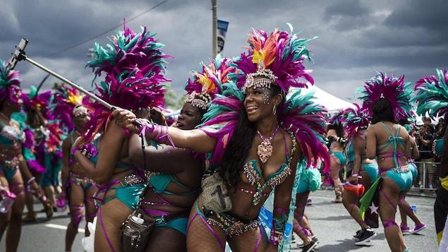Des danseuses du défilé caribana de Toronto se prennent en photo.