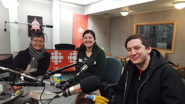 Lorraine Netro, Sophia Flather et Dana Tizya-Tramm assis autour de microphones.