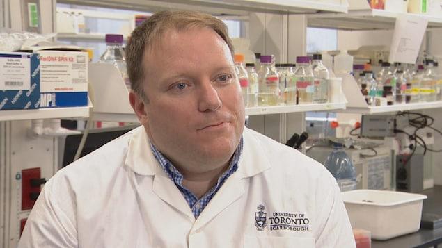 Le professeur Carl Mitchell de l'Université de Toronto dans son laboratoire