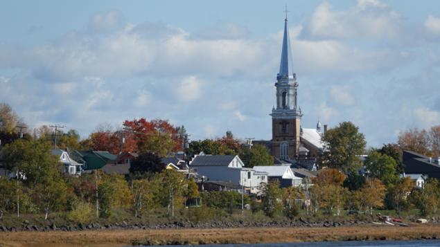 Vue sur l'église et une partie de la ville de Carleton-sur-mer .