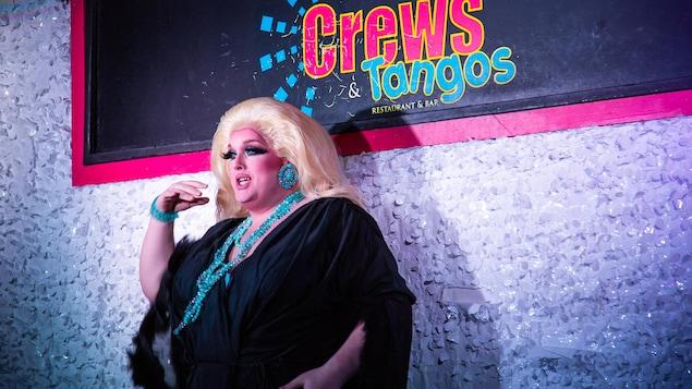 Carlotta Carlisle durant une de ses performances sur la scène du Crews and Tangos.