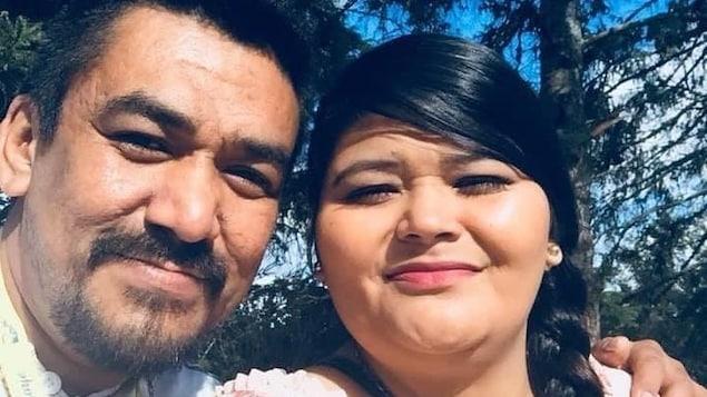 Un homme et une femme sourient à la caméra.