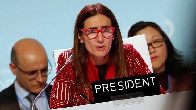Une femme s'adresse aux participants d'une conférence.