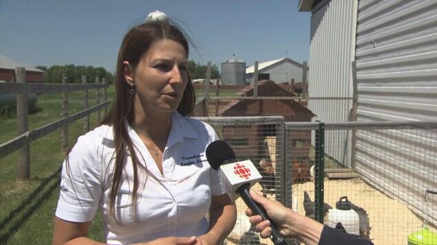 Caroline Lessard de Saint-Étienne-des-Grès constate que la demande est en forte augmentation pour l'achat de poules pondeuses.