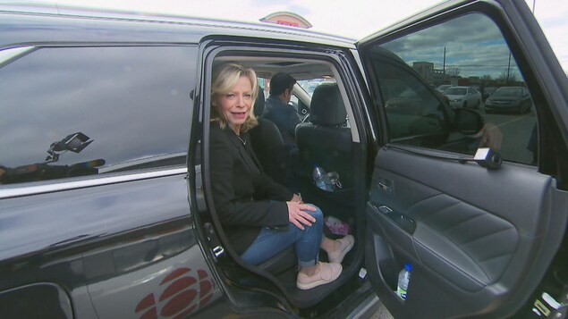 Caroline Proulx à bord de sa voiture de fonction.