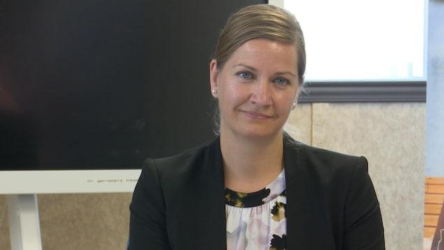Caroline Roy écoute une personne hors-champ durant une séance du conseil d'administration.