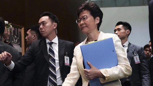 Mme Lam entourée de ses gardes du corps.
