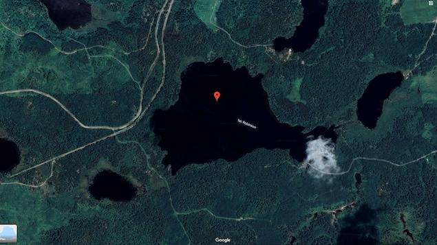 Vue satellite du lac Robinson, entouré de forêt.