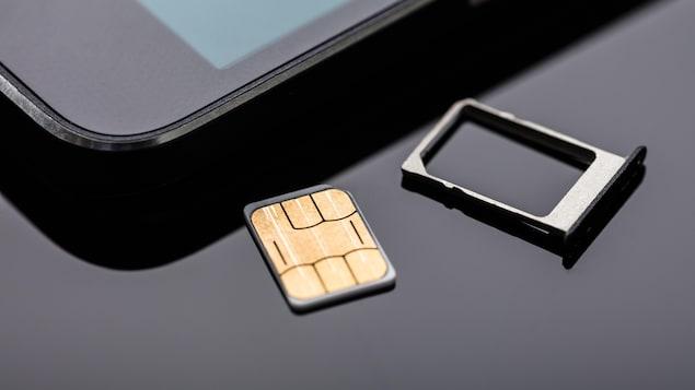 Une carte SIM prête à être insérée dans un téléphone.