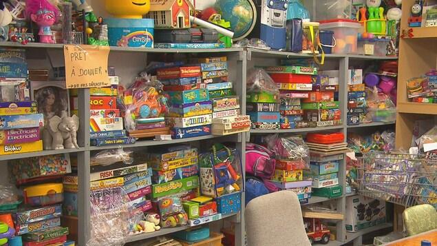 Des étagères remplies de jeux et de jouets