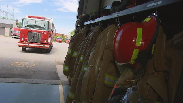 Un camion de pompiers est sur le point de quitter la caserne.