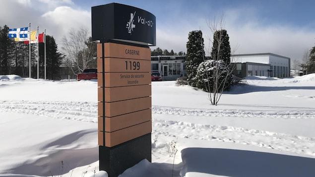 L'affiche à l'entrée de la caserne des pompiers de Val-d'Or, avec la caserne en arrière-plan.