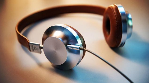 Un casque d'écoute est posé sur une table.