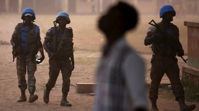 Des Casques bleus patrouillent dans la ville de Bangui, la capitale de la République centrafricaine.