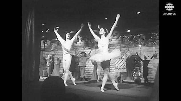 Les danseurs de « Casse-Noisette » saluent le public en 1970.