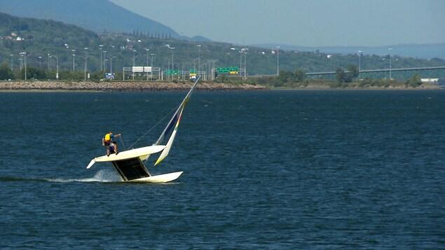Un catamaran à voile dans la Baie de Beauport