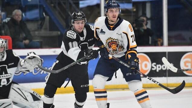 Un joueur de l'Armada de Blainville-Boisbriand et un joueur des Cataractes de Shawinigan jouent du coude.